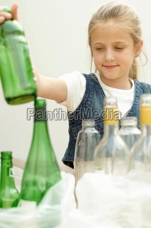 maedchen trennung gruene plastikflasche klarglasflasche den
