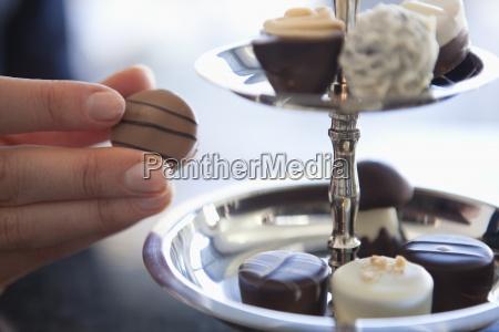 una donna che prende un cioccolato