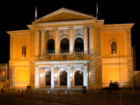 opera house in hallesaale at night