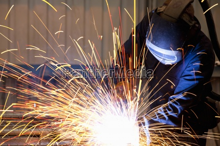 welder using welding saw