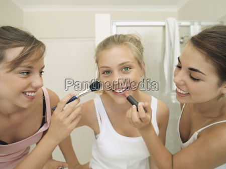 teenage girls 15 17 applying make