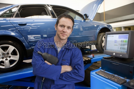 mechanic in auto repair shop next