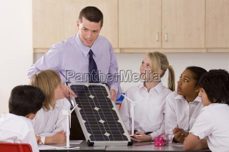 los estudiantes que escucha el profesor