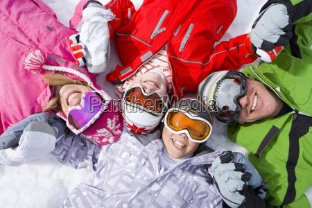 usmiechnieta rodzina r sniegiem razem