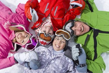 usmiecha sie rodziny w sniegu razem