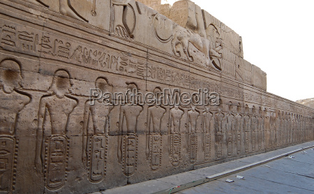 egyptian engraved image on wall in