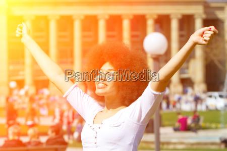 mloda kobieta w miescie cieszac sie