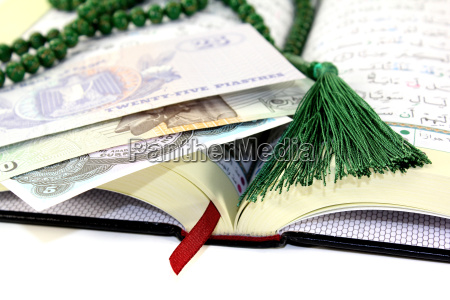 open, koran, with, egyptian, currency - 13076376