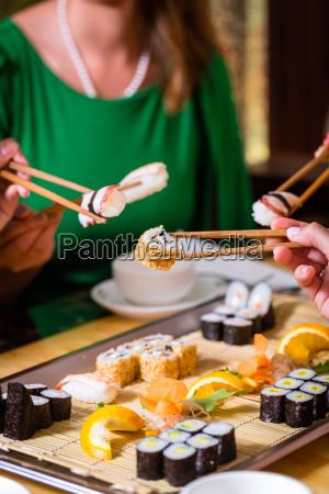 mujer restaurante personas gente hombre mujeres
