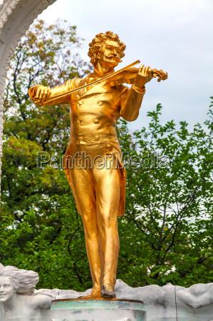 johann strauss statue at stadtpark in