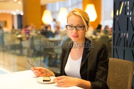 frauen essen dessert in fantem restaurant