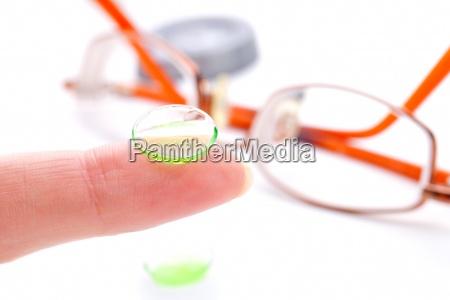 kontaktlinser pa finger isoleret pa hvid