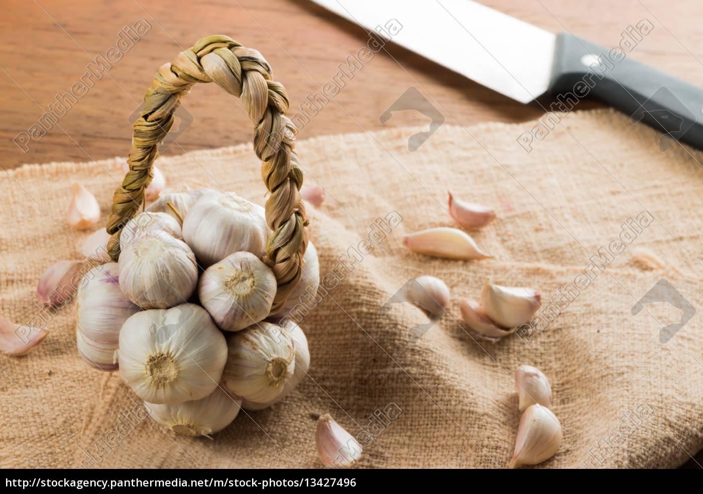 organic, garlic, on, wood, table - 13427496