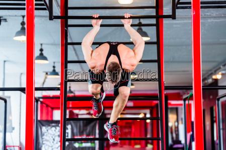 man freestyle calisthenics training