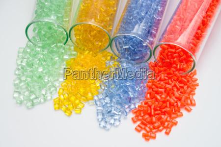 rozne kolorowe granulki plastikowe w probowkach