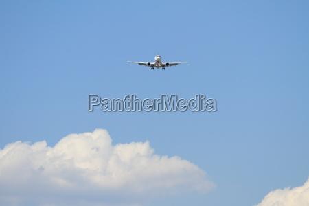 airplane landing at haneda airport b737