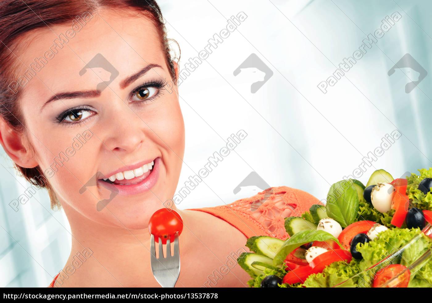 young, woman, eating, vegetable, salad - 13537878