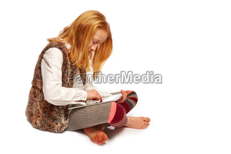 girl plays computer