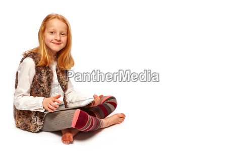 girl plays tablet