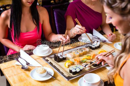 junge leute essen im china restaurant