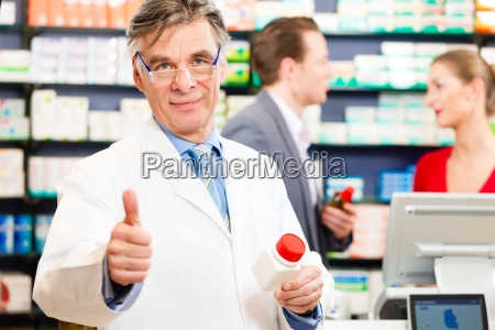 pharmacist, in, his, pharmacy, with, customers - 13620014