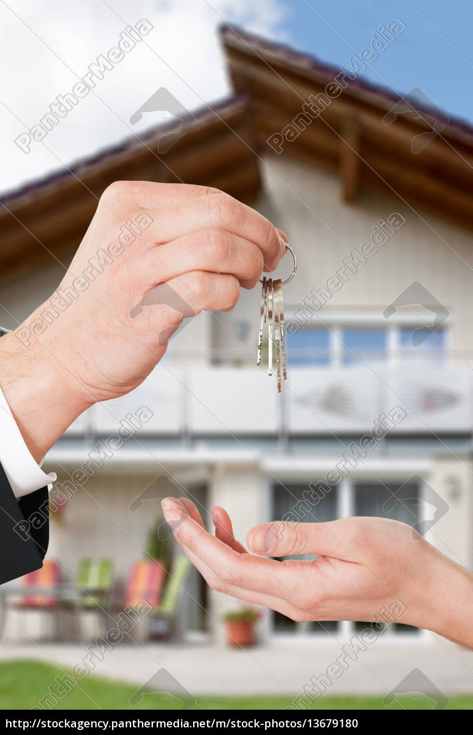 consultant, giving, keys, to, woman - 13679180