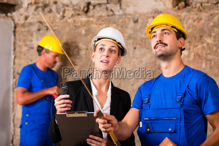 architect and construction worker discuss on