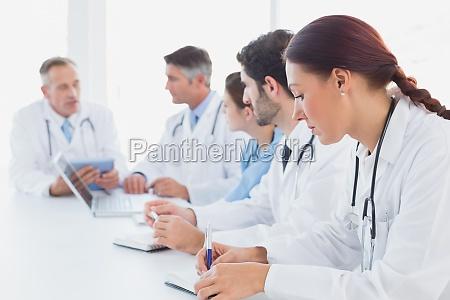 aerzte eine medizinische diskussion mit