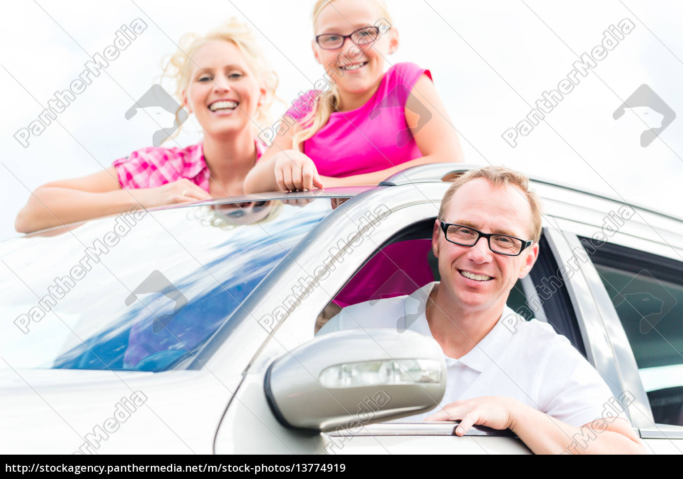 family, travels, by, car, in, the - 13774919