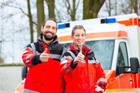 notartzt y paramedicos frente a ambulancias
