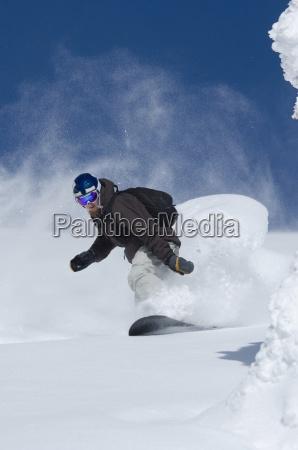 un joven hombre de snowboard fuera