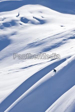 mujer grande de esqui de montanya