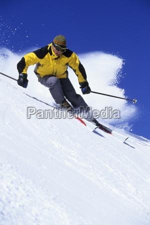 hombre esqui alpino en utah en