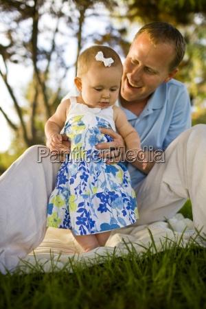 ein vater spielt mit seinem baby