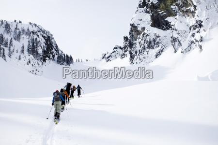 un gruppo di sciatori nel backcountry