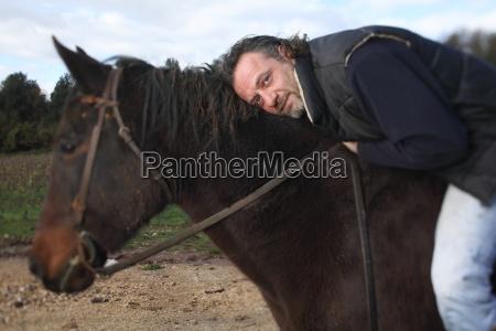 italienische winzer auf dem pferd