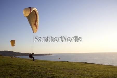 dos parapentes montan el viento en