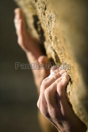 las manos del escalador de agarre