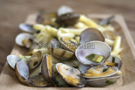 clams in pan