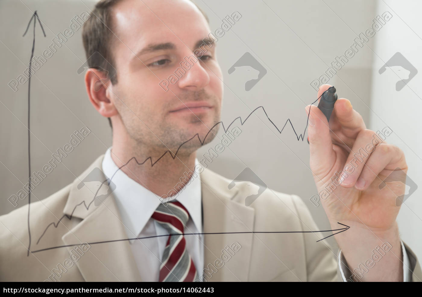 businessman, drawing, a, graph, on, a - 14062443