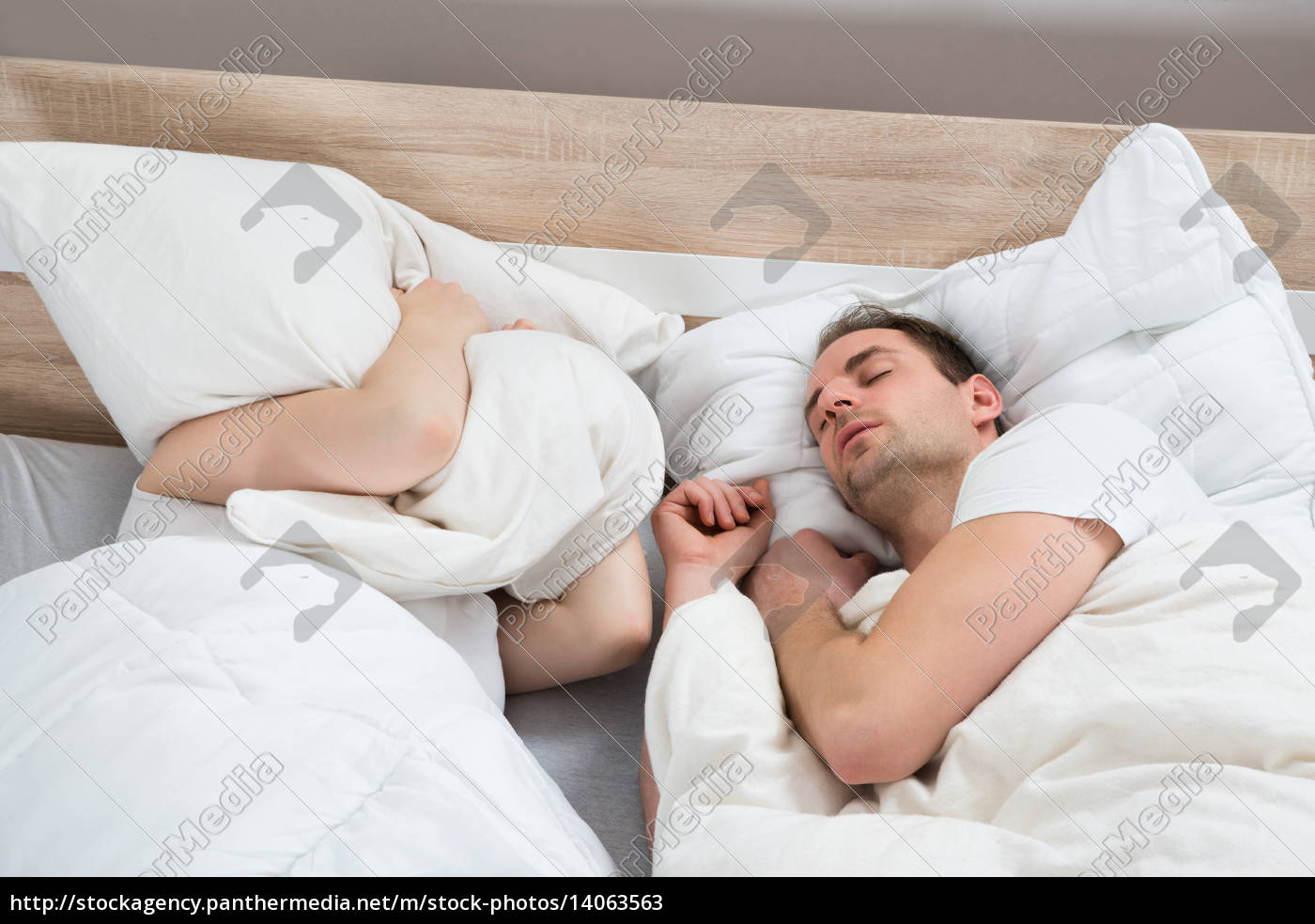 couple, sleeping, in, bed, room - 14063563