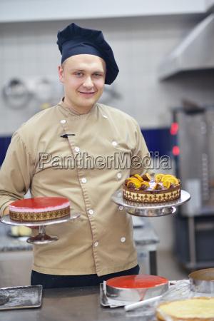 chef, preparing, desert, cake, in, the - 14064869
