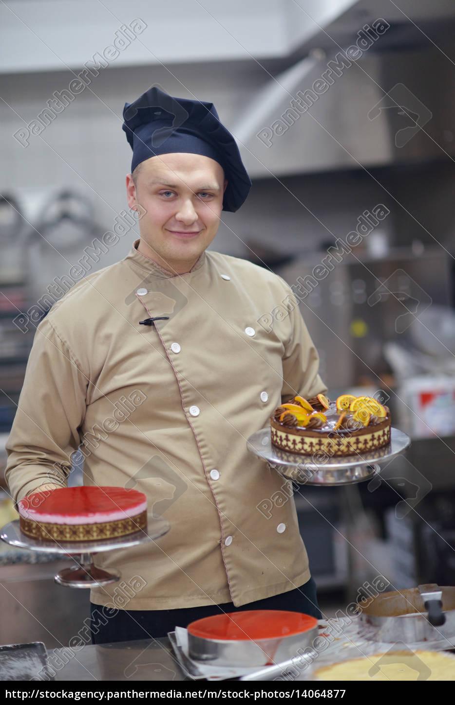 chef, preparing, desert, cake, in, the - 14064877