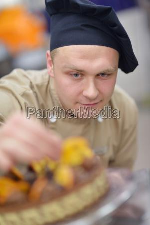 chef, preparing, desert, cake, in, the - 14064895