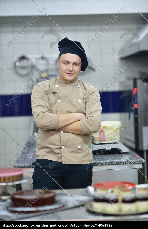 chef, preparing, desert, cake, in, the - 14064929