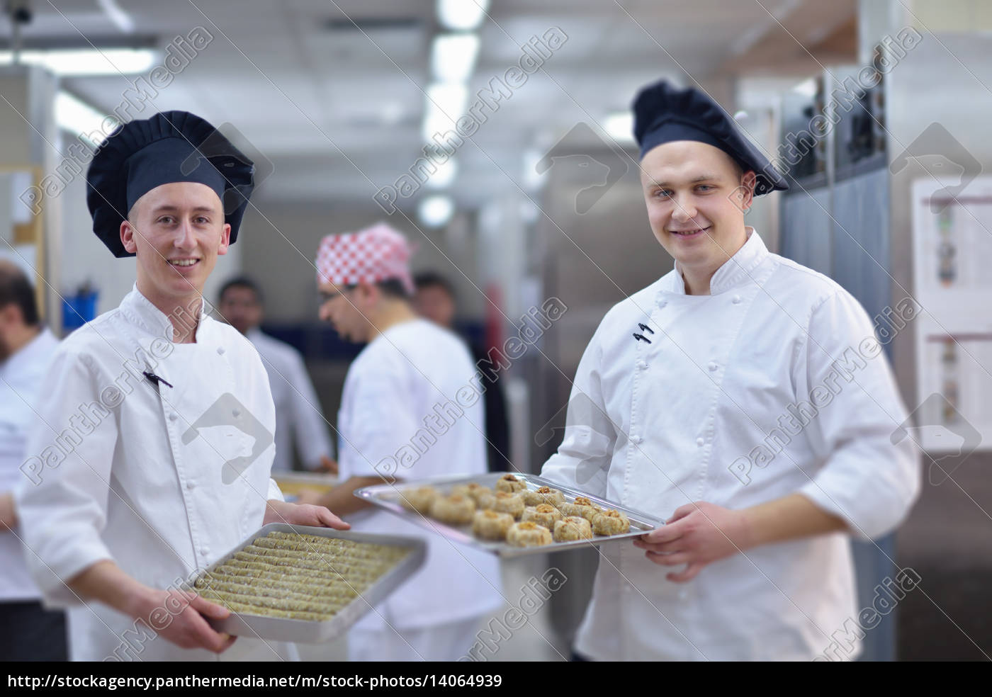 chef, preparing, desert, cake, in, the - 14064939