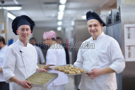 chef, preparing, desert, cake, in, the - 14064939