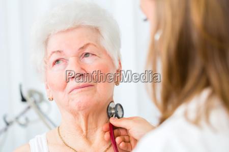 doktor, bei, atmung, abhören, von, seniorin - 14065307