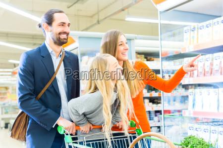 familie, mit, einkaufswagen, im, supermarkt - 14065217