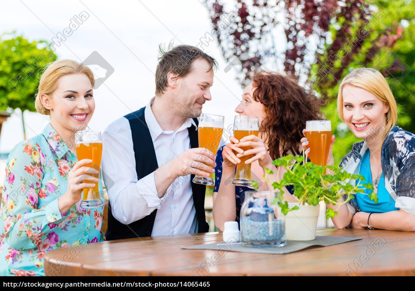 freunde, prosten, mit, bier, im, biergarten - 14065465